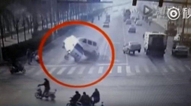 Choque entre dos camionetas que levitan