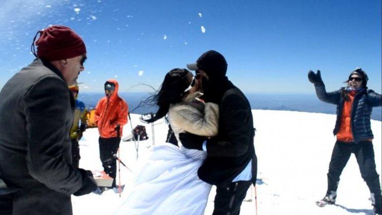 Subieron a la cumbre del Lanín para casarse