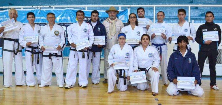 Los protagonistas con sus diplomas.
