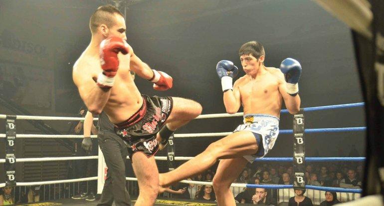 Araneda conecta una patada y se prepara para defenderse. El luchador de Las Heras radicado en Comodoro Rivadavia vivió una gran experiencia.