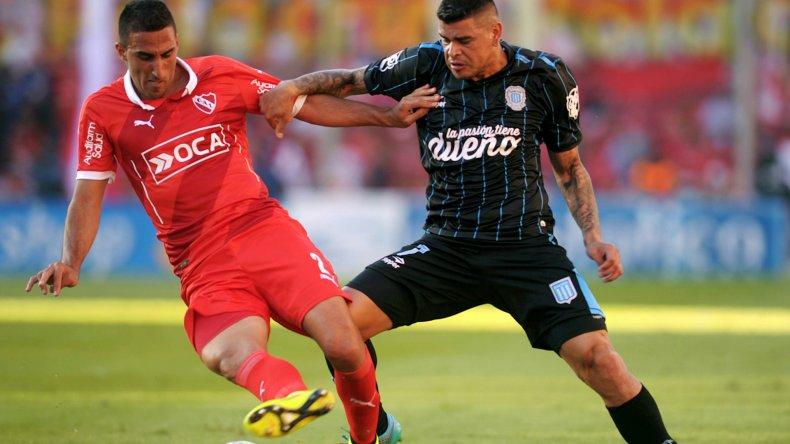 Hernán Pellerano cubre el balón marcado por Gustavo Bou.