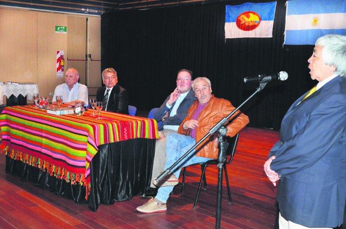 El Auditorio del Centro Cultural de Comodoro Rivadavia albergó la presentación del libro La odisea de los catamarqueños en la Patagonia.