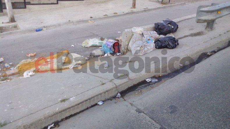 Denuncian a vecinos que tiran basura y escombros en las calles