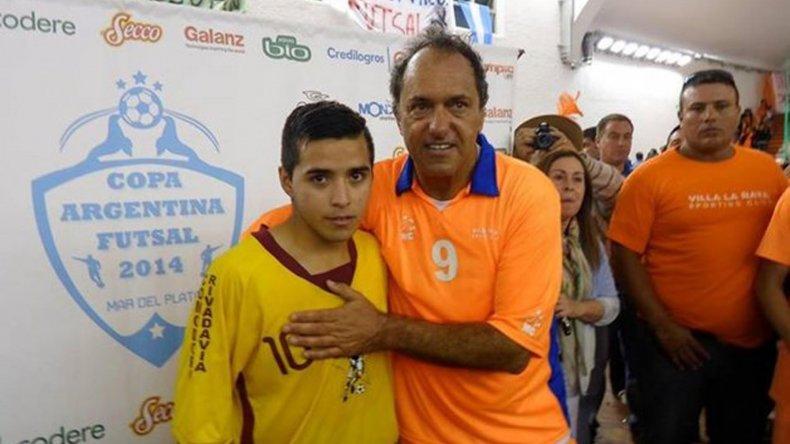 Alan Figueroa posando con Daniel Scioli