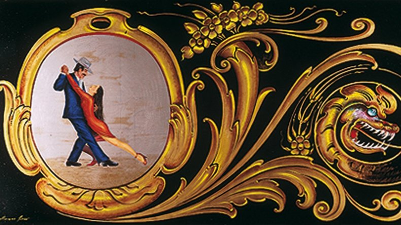El fileteado incorpora elementos de carácter social o religioso y la temática popular.
