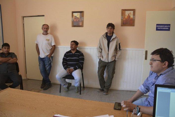 A la Subsecretaría de Trabajo ayer acudieron referentes de Autobuses encabezados por Martín Merlo (derecha) y dirigentes gremiales. El municipio no envió a ningún representante.