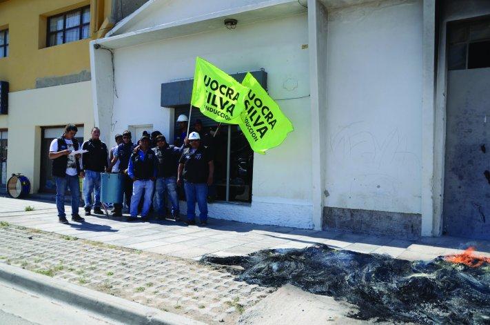 Con quema de cubiertas los delegados de UOCRA se manifestaron por el despido de trece obreros.