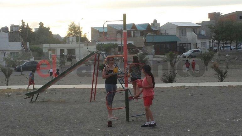 Un grupo de vecinos pintó los juegos de su plaza