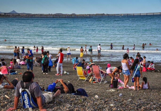 Tarde de playa en Comodoro. Foto: Mauricio Macretti / ElPatagónico