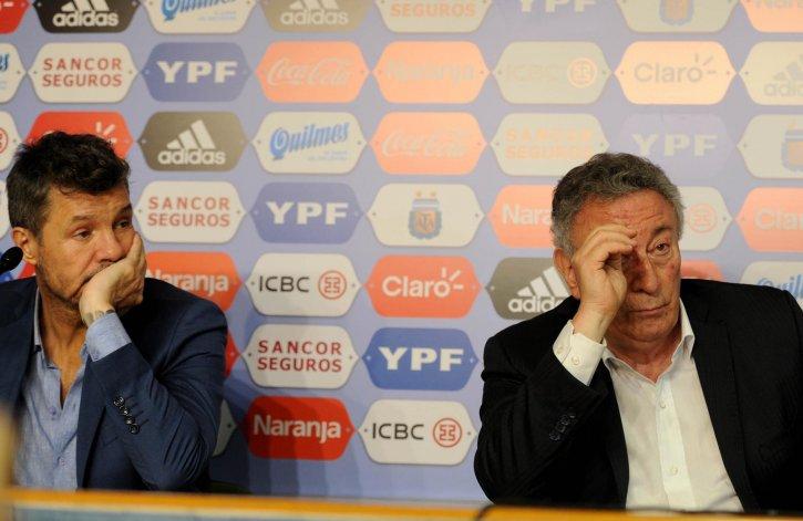 Marcelo Tinelli y Luis Segura durante la conferencia que brindaron tras el bochorno en las elecciones de la AFA.