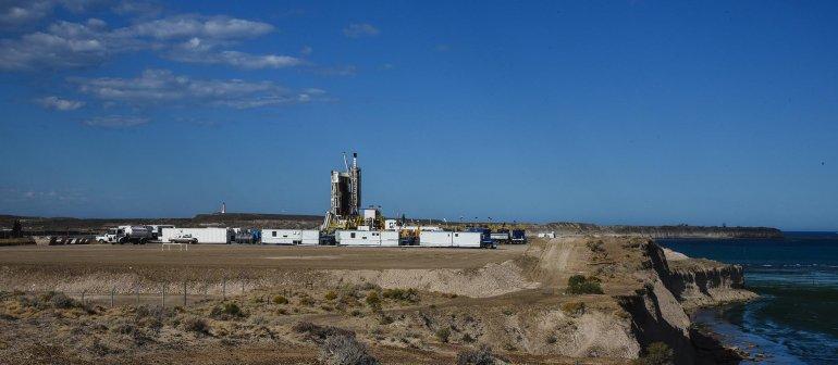 Uno de los equipos de YPF en el yacimiento de Restinga Alí.