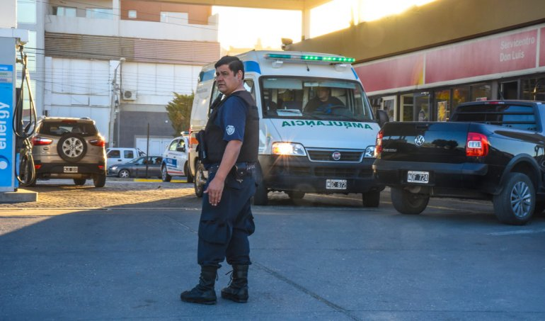Un gran despliegue policial se produjo en la estación de servicio tras el robo en otro sector del barrio Pueyrredón.