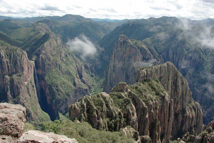 La cascada está rodeada de rocas y un denso bosque de pinos que conforman el atractivo de este lugar turístico de México.