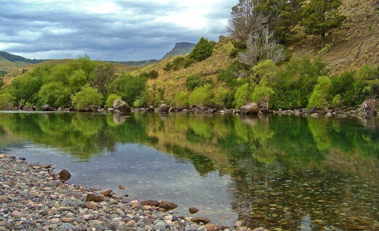 El río Chimehuín atraviesa Junín de los Andes y cuenta con balnearios y lugares estratégicos para la pesca deportiva.