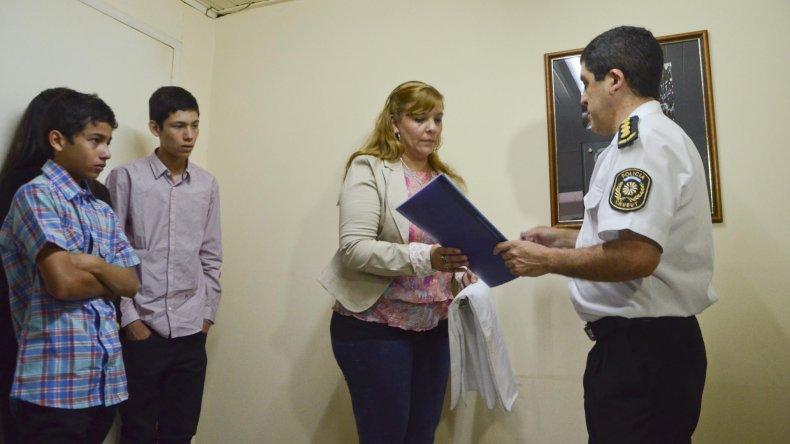 La viuda y los hijos de Octavio Antilef durante la ceremonia realizada ayer en la Brigada de Investigaciones.