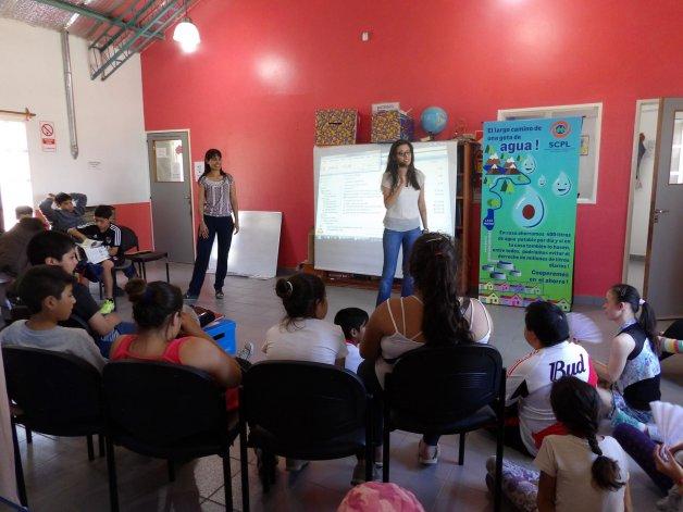 Jóvenes fueron capacitados sobre el uso responsable del agua en los Centros de Promoción Barrial.