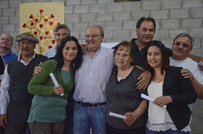 En la iglesia evangélica de Kilómetro 14 las autoridades municipales entregaron más de un centenar de resoluciones de tierras.