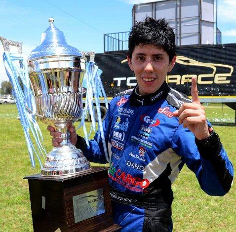Matías Rodríguez con la copa de campeón de la Top Race V6.