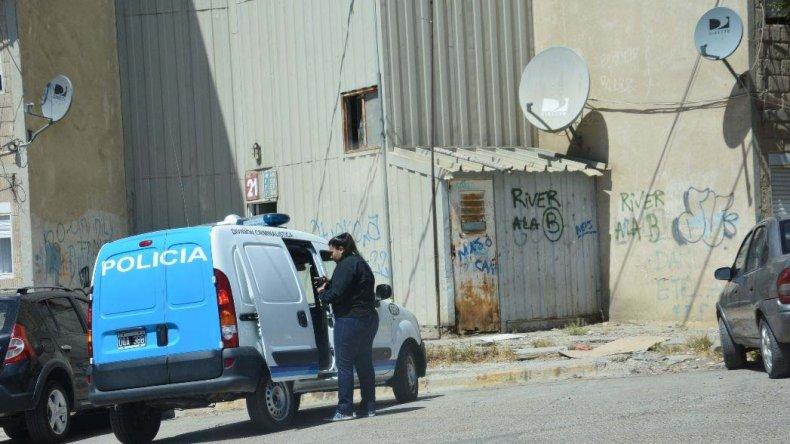 Efectivos de la División Criminalística realizaron los peritajes correspondientes en el departamento D de la Escalera 21 del barrio Gobernador Gregores.