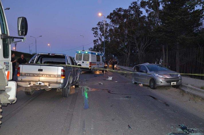El automovilista del Peugeot se cruzó de carril y fue embestido en la parte trasera por una camioneta que circulaba en sentido contrario. Hubo tres heridos.
