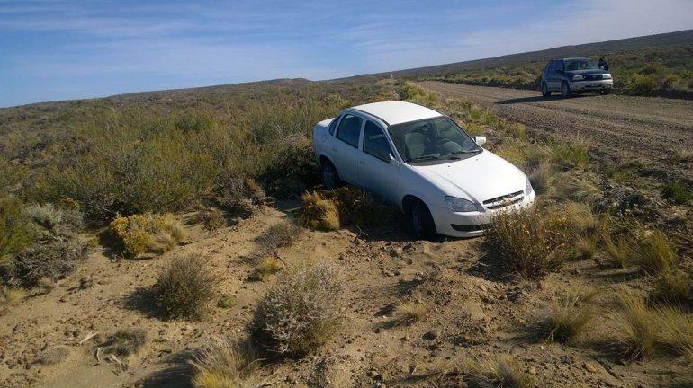 El auto robado quedó al costado de la ruta 1. El conductor le mintió a una estanciera para que lo acercase hasta Caleta Córdova.