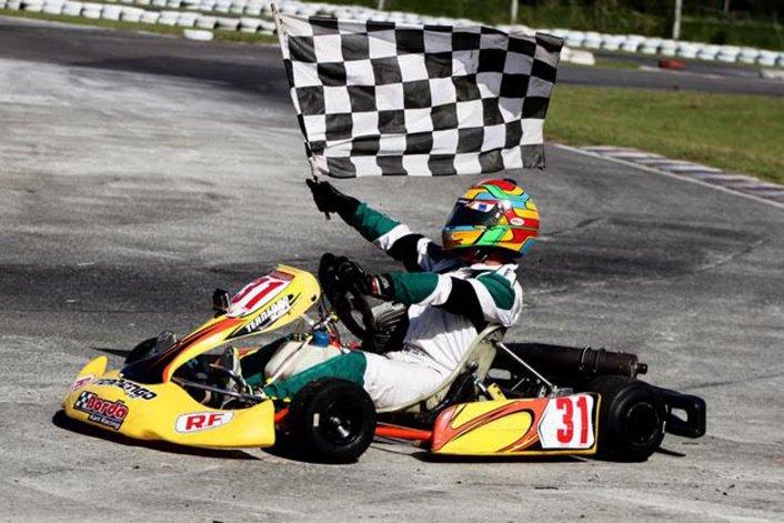 Renzo Blotta se dio el gusto de pasear con la bandera a cuadros en el kartódromo de Zárate.