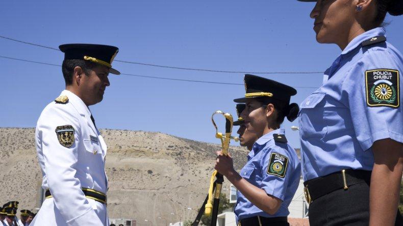 La entrega de sus sables a los nuevos oficiales de la Policía de Chubut.
