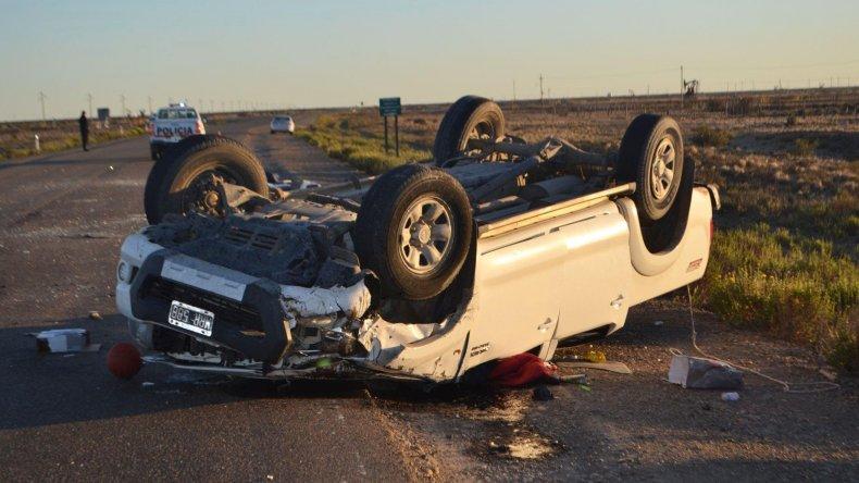 La camioneta Toyota Hilux quedó en posición invertida