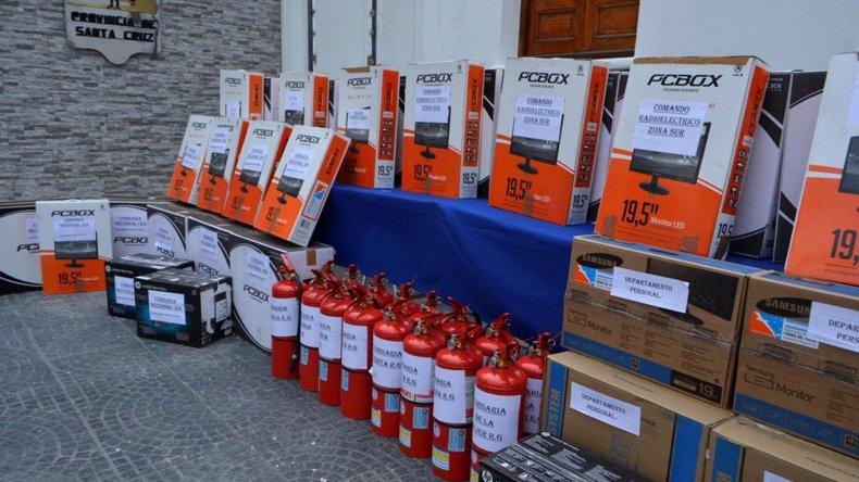 Parte del equipamiento que el gobernador Daniel Peralta entregó a diversas dependencias policiales de Santa Cruz.