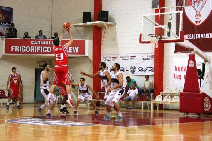 Martín Melo intenta de dos puntos en la derrota de Huracán ante el líder Platense.