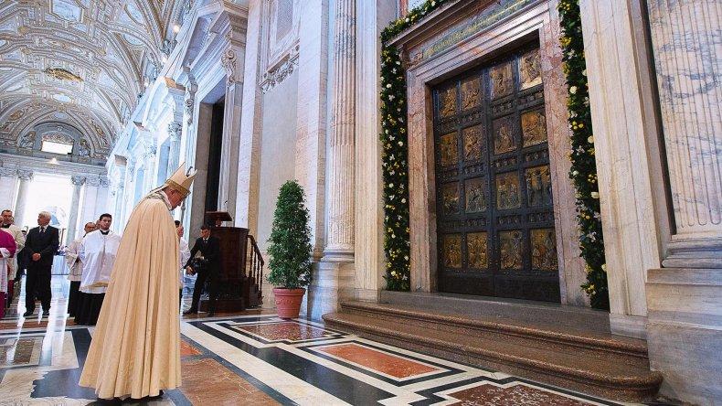 El papa Francisco antes de cruzar la Puerta Santa de la Misericordia.