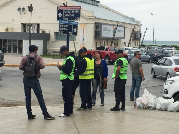 Agentes recién egresados patrullan junto a un efectivo más antiguo en las calles del centro. Lo hacen con zapatillas
