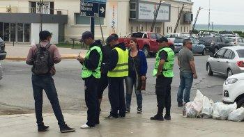 Agentes recién egresados patrullan junto a un efectivo más antiguo en las calles del centro. Lo hacen con zapatillas, sin uniforme, sin chaleco antibalas y sin su arma reglamentaria.