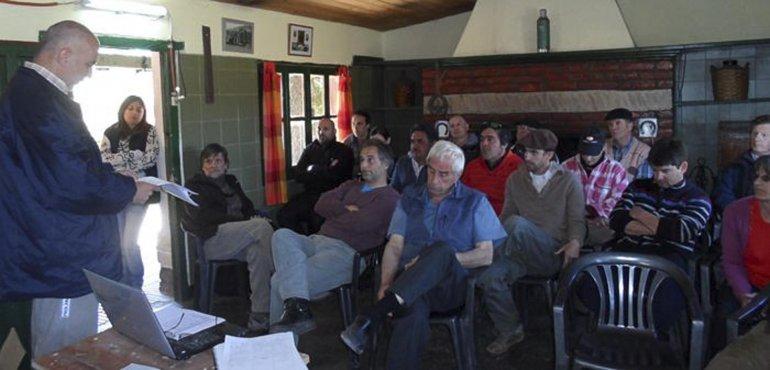 En Facundo se llevó a cabo una jornada de capacitación a productores locales sobre el manejo y el control de tucuras.