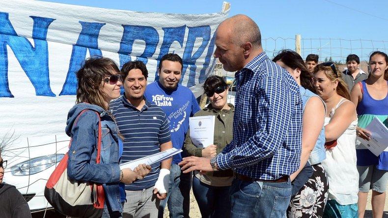 El gobernador durante una entrega de viviendas ayer en Puerto Madryn.