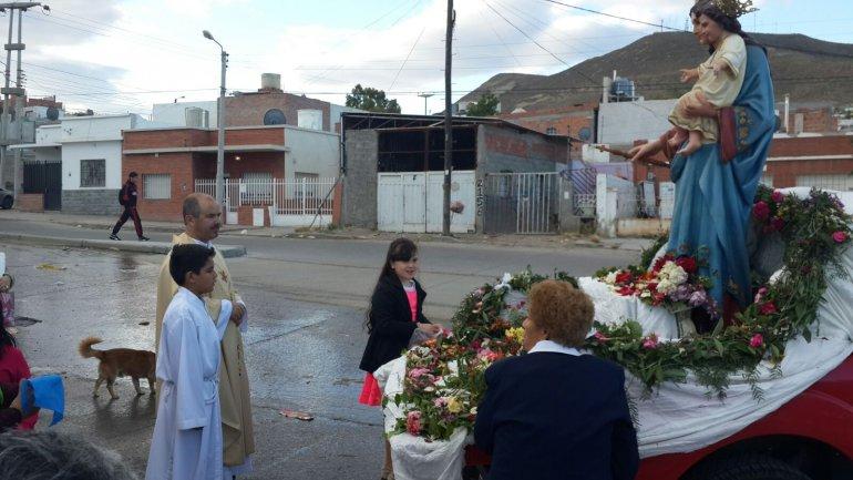 El barrio 13 de Diciembre reunió a sus fieles en torno a la virgen María