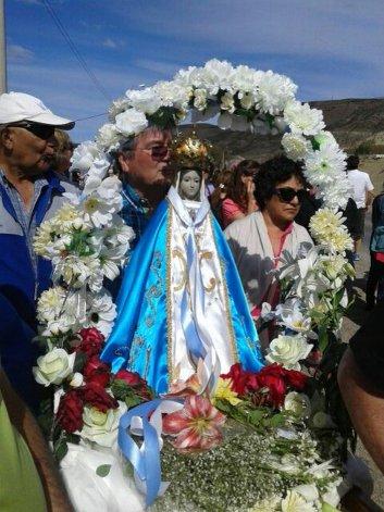 Cientos de fieles acompañaron la peregrinación de la virgen por las calles del barrio Laprida y Valle C