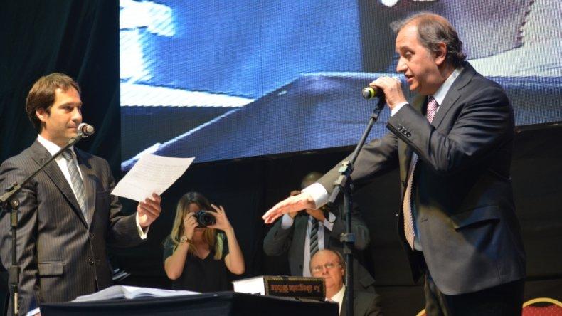 Carlos Linares asumió como intendente