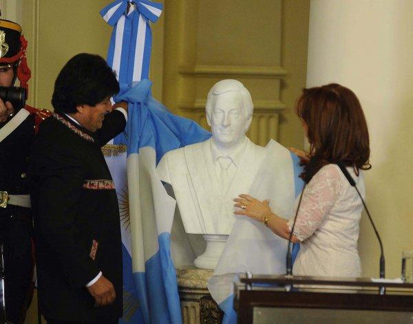 Cristina descubrió el busto de Néstor Kirchner y dió su último mensaje como Presidenta