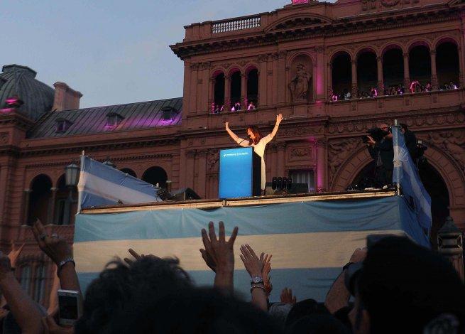 Cristina se despidió ante una Plaza de Mayo colmada.