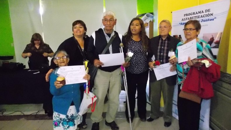 Los alumnos del Programa de Alfabetización Aprendamos Juntos al recibir sus diplomas.