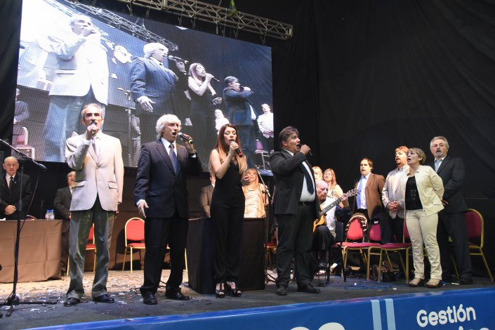 Carlos Linares asumió la intendencia rodeado de militantes y dirigentes de diversas fuerzas políticas