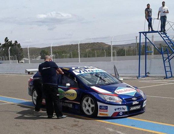 El Ford Focus del RAM Racing en calle de boxes en el autódromo General San Martín.