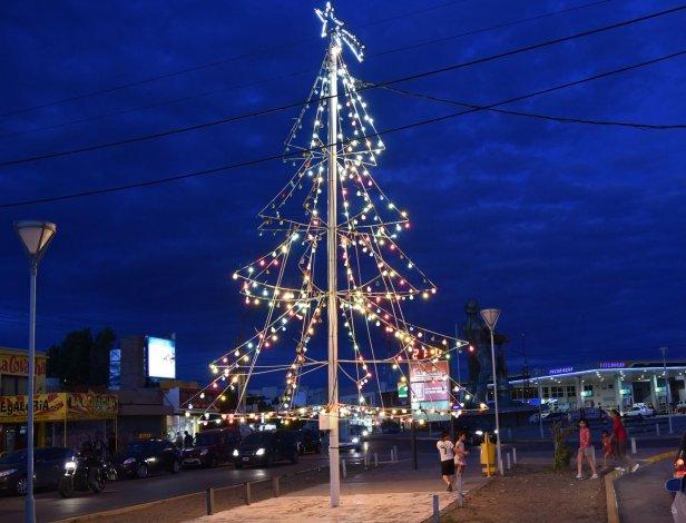 Comenzaron a brillar dos grandes árboles navideños en Caleta Olivia
