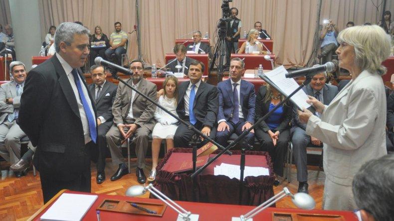 Javier Touriñan presta juramento. Presidirá el mayoritario bloque del Frente para la Victoria.