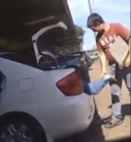 Metieron a un nene en el baúl del auto