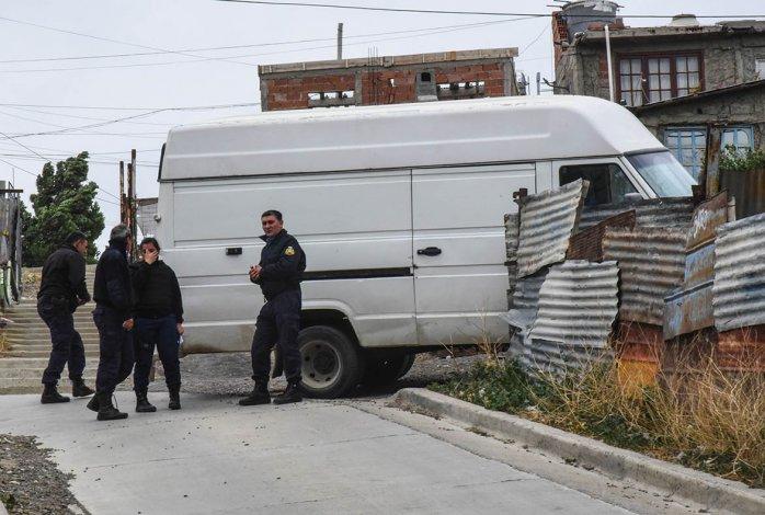 Las huellas de la violencia en el utilitario. Al distribuidor lo obligaron a conducir el vehículo bajo amenaza de arma. Al resistirse le abrieron la cabeza de un culatazo