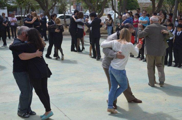 El ritmo de milonga se apoderó de la plaza Carlos Gardel ayer por la tarde.