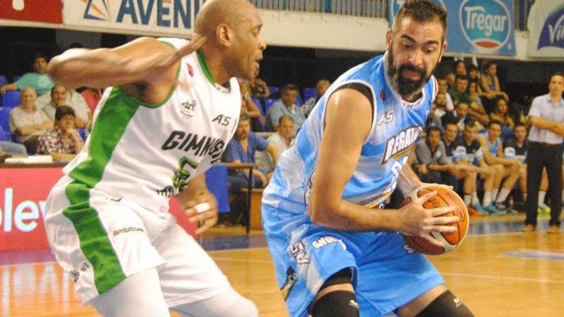 Pedro Calderón con el balón marcado por Samuel Clancy en el partido jugado anoche en Corrientes.