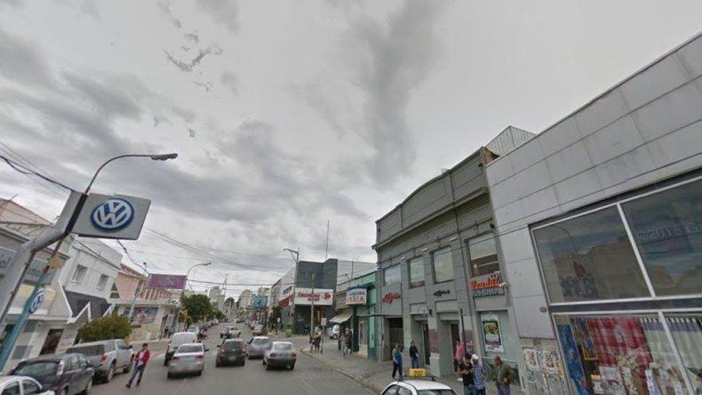Otro violento robo en pleno centro: a punta de cuchillo les robaron un celular